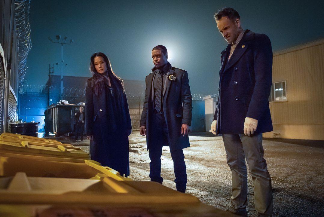 Noch tappen Watson (Lucy Liu, l.), Detective Bell (Jon Michael Hill, M.) und Holmes (Jonny Lee Miller, r.) völlig im Dunkeln: Hatte der Richter etwa... - Bildquelle: CBS Television