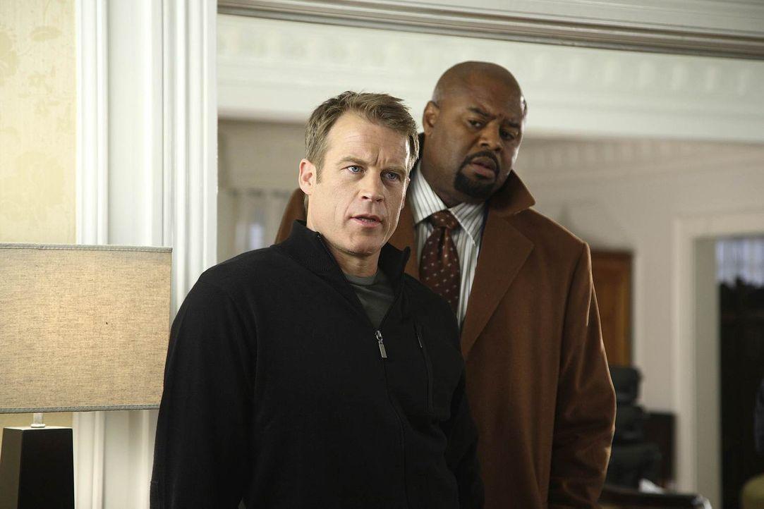 Ein neuer Auftrag wartet auf Chance (Mark Valley, l.) und Winston (Chi McBride, r.) ... - Bildquelle: Warner Brothers