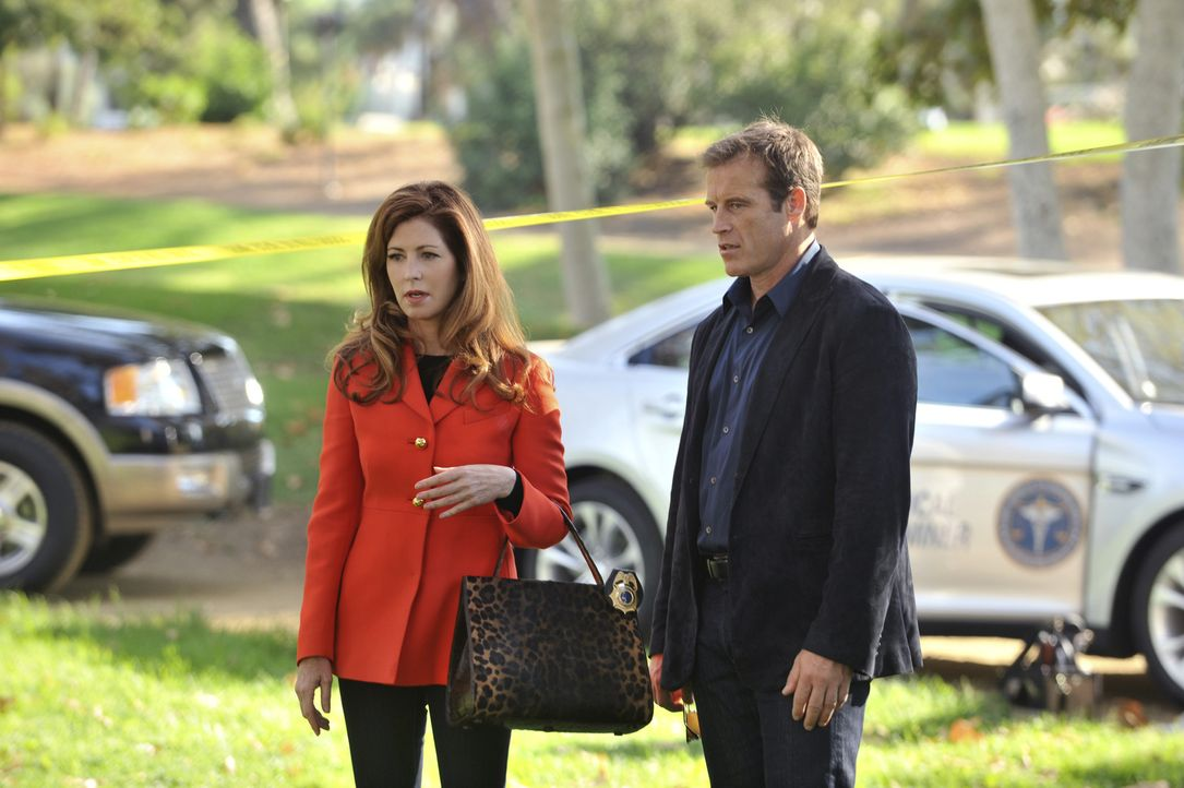 Am Leichenfundort berichtet Tommy Sullivan (Mark Valley, r.) Megan (Dana Delany, l.), dass es sich beim Opfer um ein 15 bis 16-jähriges Mädchen hand... - Bildquelle: ABC Studios