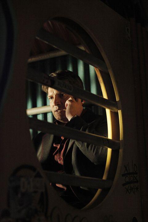 Auf der Flucht findet Castle (Nathan Fillion) ein Handy und hofft nun, Verstärkung anfordern zu können. Doch das ist leichter gesagt als getan ... - Bildquelle: 2012 American Broadcasting Companies, Inc. All rights reserved.