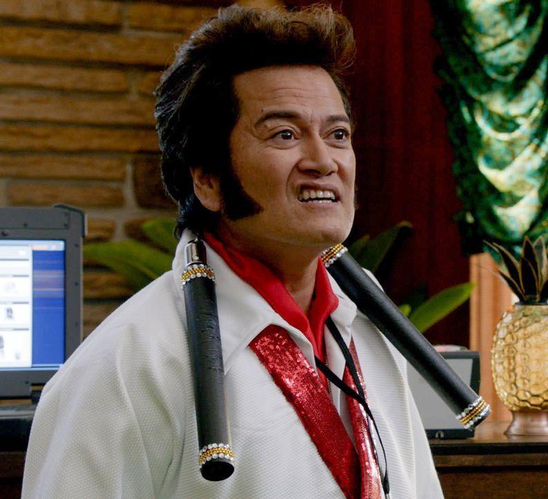 Auf einem Elvis-Contest bricht der Favorit plötzlich auf der Bühne zusammen und stirbt. Hat Kung-Fu Elvis (Johnny Valentine) etwas damit zu tun? - Bildquelle: 2015 CBS Broadcasting Inc. All Rights Reserved.
