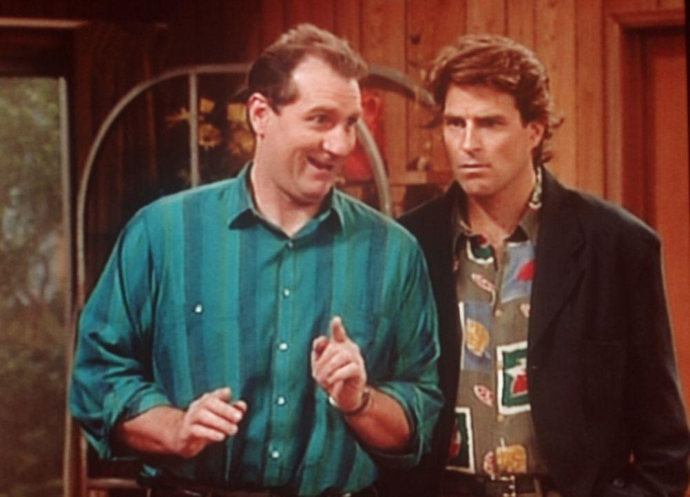 Al (Ed O'Neill, l.) glaubt, eine Idee zu haben, wie Jefferson (Ted McGinley, r.) seine beim Hunderennen verspielte Steuerrückzahlung zurückgewinne... - Bildquelle: Columbia Pictures