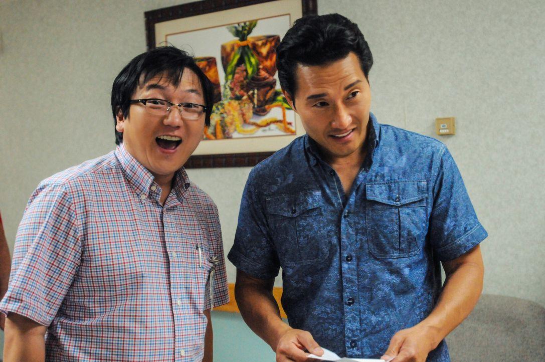 Während Kono versucht, ihre Unschuld zu beweisen, muss das Team um Chin (Daniel Dae Kim, r.) und Max (Masi Oka, l.) einen neuen Fall lösen ... - Bildquelle: 2013 CBS Broadcasting, Inc. All Rights Reserved.