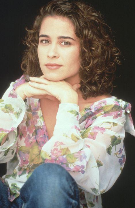 Die hübsche, junge Krankenwagenfahrerin Lou (Julie Warner) mag den neuen Arzt zunächst nicht ... - Bildquelle: Warner Bros.