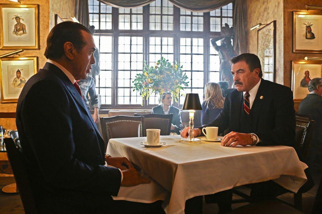 Wenn das die Boulevardpresse mitbekommt: Frank (Tom Selleck, r.) hat ein Essen mit New Yorks berüchtigstem Mafia-Anwalt Angelo Gallo (Chazz Palminte... - Bildquelle: Giovanni Rufino 2012 CBS Broadcasting Inc. All Rights Reserved.