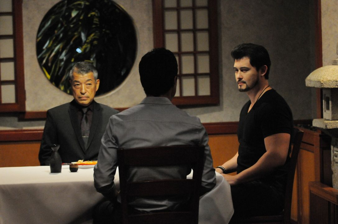Adam (Ian Anthony Dale, M.) erlebt eine böse Überraschung, als er auf Goro Shioma (Akira Hirayama, l.) und Gabriel Waincroft (Christopher Sean, r.)... - Bildquelle: Norman Shapiro 2015 CBS Broadcasting, Inc. All Rights Reserved