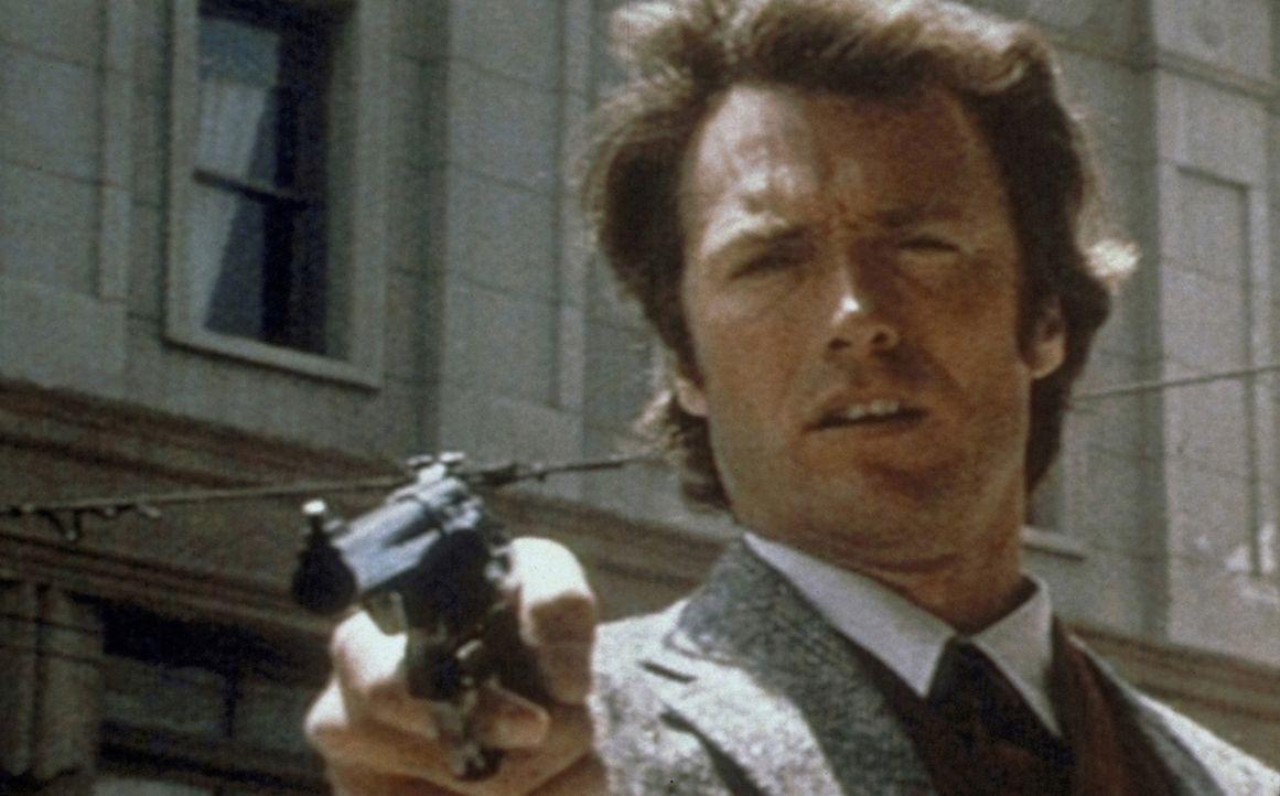 'Das Gesetz bin ich': Gnadenlos jagt 'Dirty Harry' (Clint Eastwood) den psychopathischen Killer ... - Bildquelle: Warner Bros.