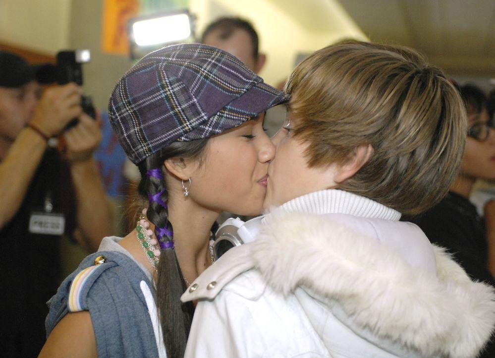 Charlies (Luke Benward, r.) sehnlichster Wunsch geht in Erfüllung: Jeanette (Kara Crane, l.) küsst ihn ... - Bildquelle: 2007 Disney Channel
