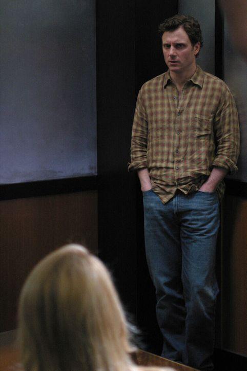 Samantha Spade (Poppy Montgomery, l.) verhört den Verdächtigen Rick Knowles (Tony Goldwyn, r.). - Bildquelle: Warner Bros. Entertainment Inc.