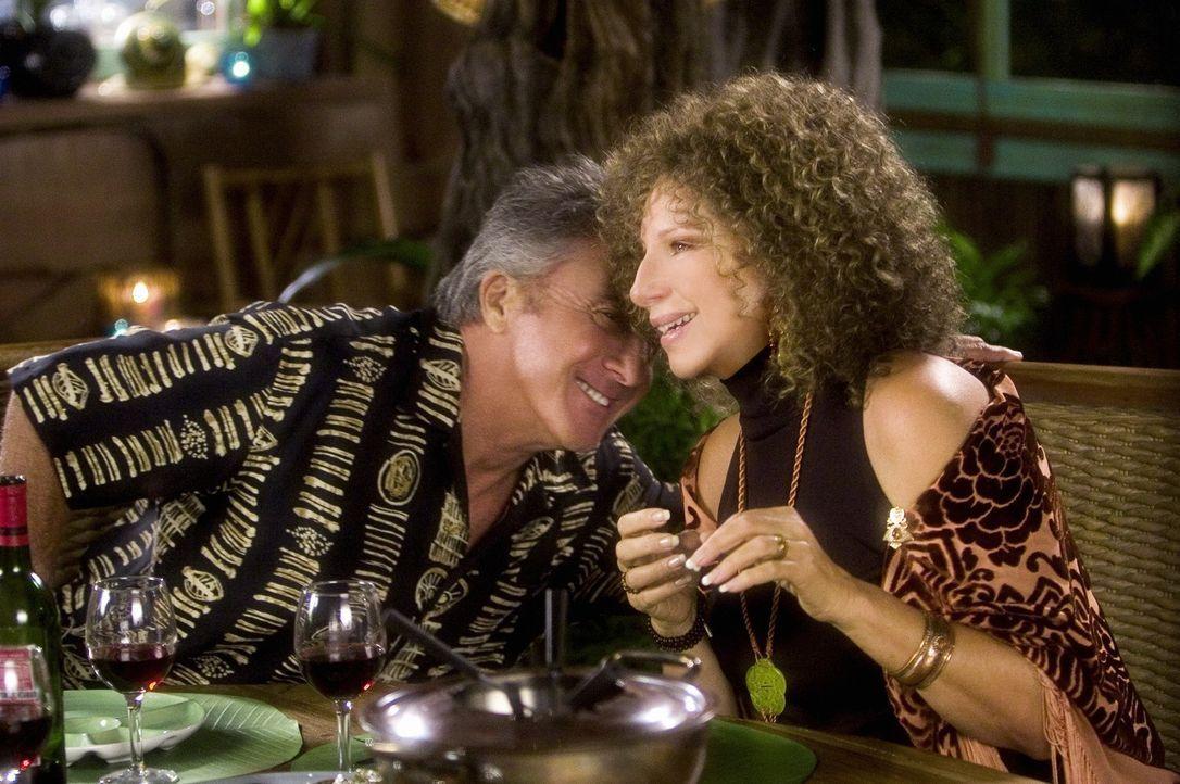 Ein Treffen zwischen Schwiegereltern und Eltern ist schon schwer genug, aber dann hält sich Vater Bernie (Dustin Hoffman, l.) nicht einmal mit intim... - Bildquelle: DreamWorks SKG