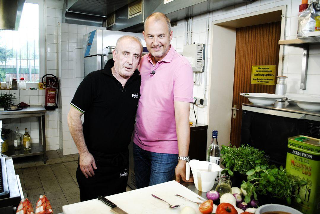 """Griechenland-Krise in Norddeutschland: Frank Rosin (r.) soll dieses Mal das griechische Restaurant """"Nico's Astra Pott"""" von Vassilios (l.) in Pinnebe... - Bildquelle: kabel eins"""