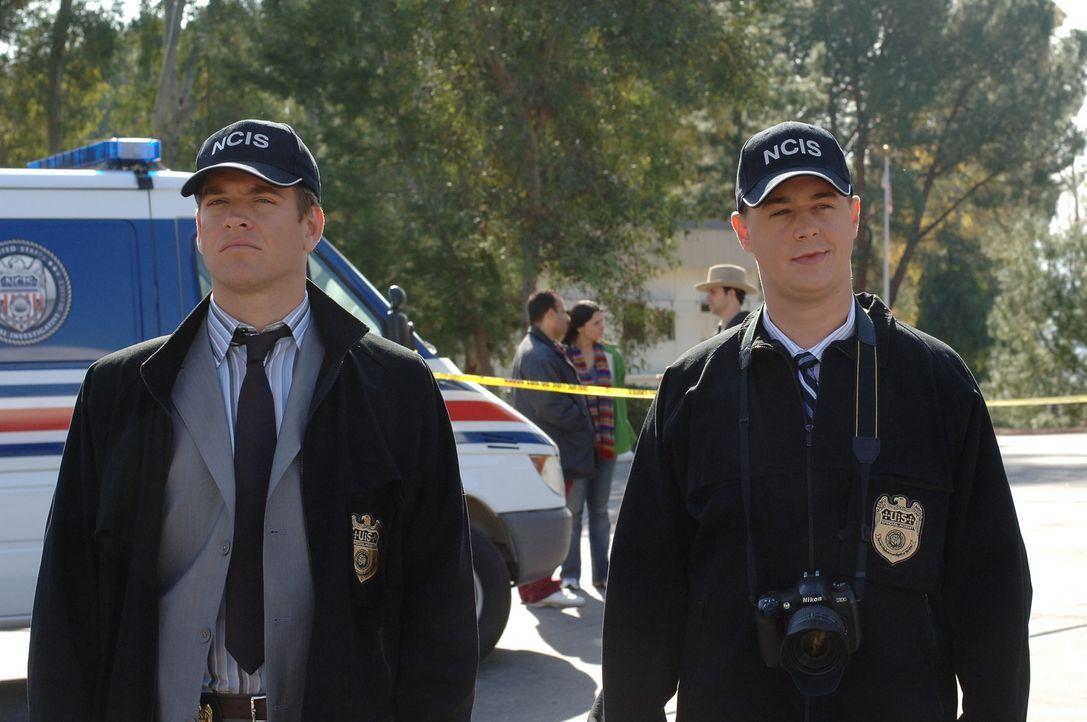 Nachdem ein Krankenwagen mit der Leiche eines Marines in die Luft geflogen ist, werden McGee (Sean Murray, r.) und DiNozzo (Michael Weatherly, l.) b... - Bildquelle: CBS Television
