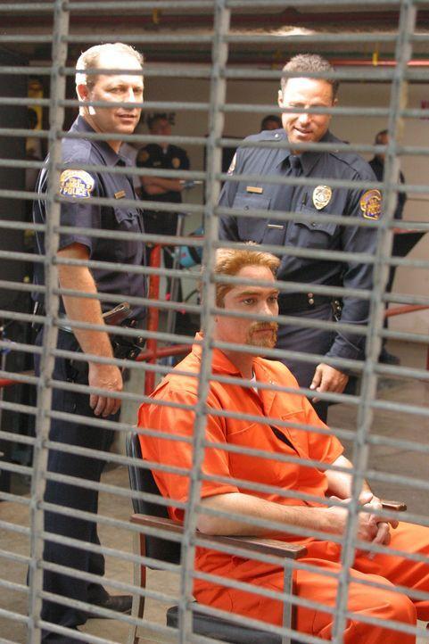Scott Peterson (Dean Cain, vorne) streitet nach wie vor ab, dass er irgendetwas mit dem Verschwinden seiner Ehefrau Laci zu tun hat! - Bildquelle: 2004 Sony Pictures Television Inc. All Rights Reserved.