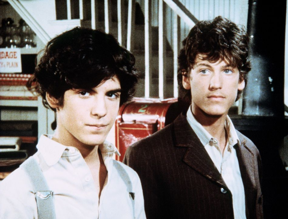 Willie Oleson (Jonathan Gilbert, r.) bringt seinen Freund Albert Ingalls (Matthew Laborteaux, l.) in den Gemischtwarenladen seiner Eltern. - Bildquelle: Worldvision