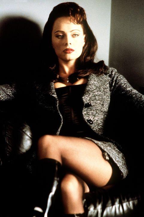 Die gefährlich schöne Agentin Jessica Priest (Melinda Clarke) will an der Seite ihres Chefs mit Hilfe des tödlichen Virus Heat-16 die Weltherrschaft... - Bildquelle: New Line Cinema