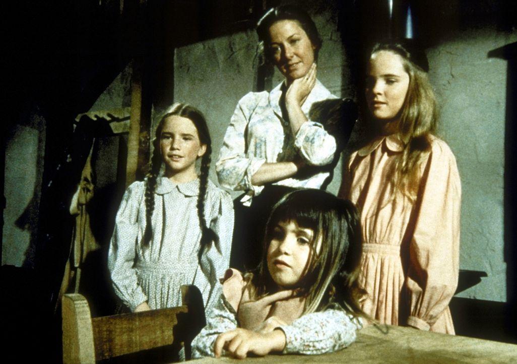 (v.l.n.r.) Laura (Melissa Gilbert), Caroline (Karen Grassle), Carrie (Lindsay Sidney Greenbush) und Mary (Malissa Sue Anderson) beobachten ihren Vat... - Bildquelle: Worldvision