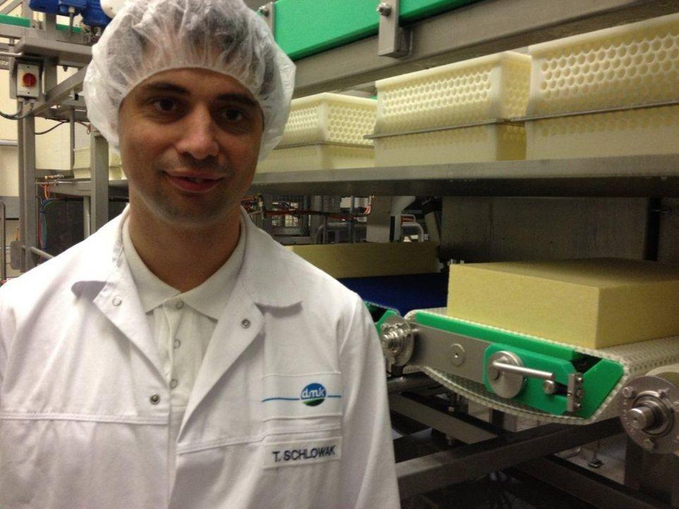 Thomas Schlowak ist Abteilungsleiter in Europas größter Käserei, in der jährlich eine Milliarde Liter Milch zu Schnittkäse verarbeitet werden. - Bildquelle: kabel eins