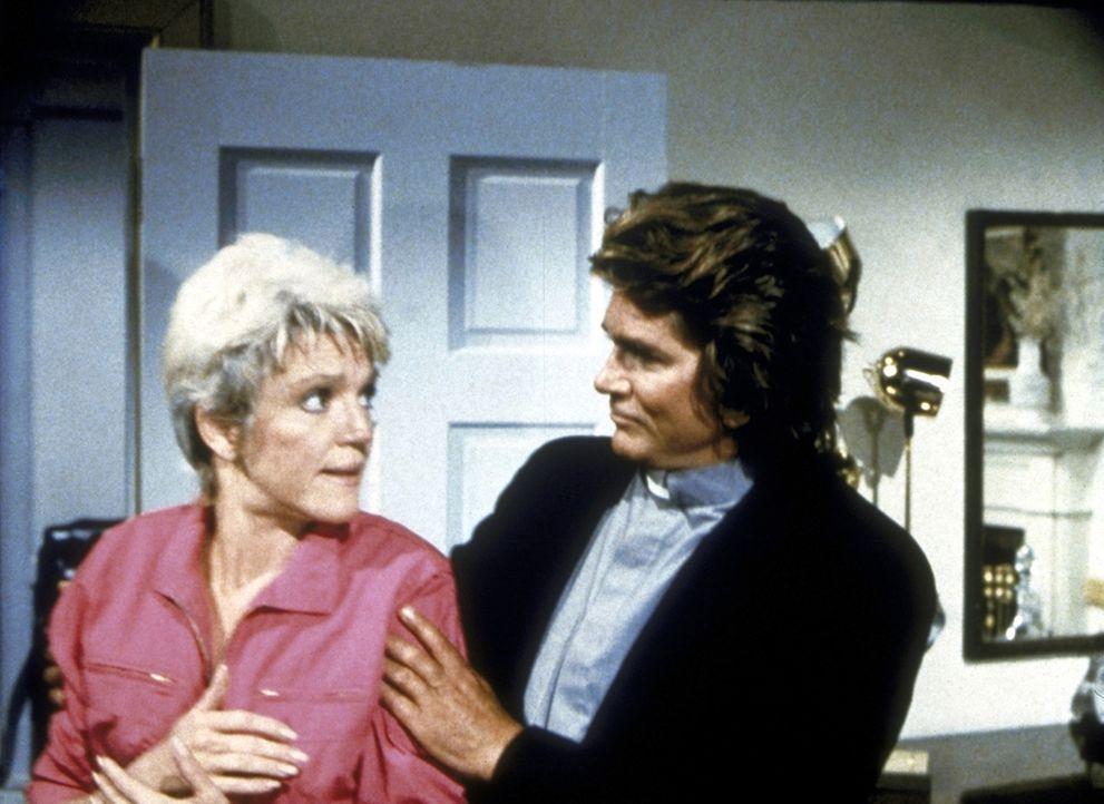 Carla (Barbara Stuart, l.) wird von Jonathan (Michael Landon, r.) verjüngt, damit sie ihren Mann wieder für sich erobern kann. - Bildquelle: Worldvision Enterprises, Inc.