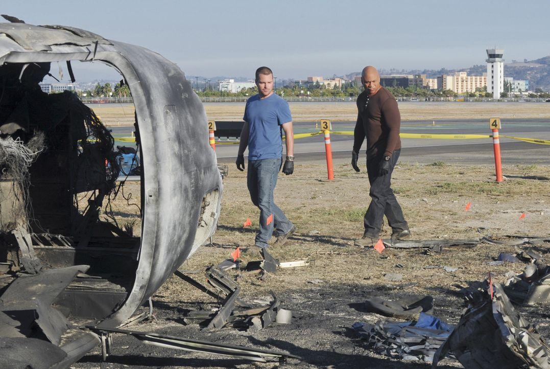 Als ein Privatjet abstürzt, beginnen Sam (LL Cool J, r.) und Callen (Chris O'Donnell, l.) mit den Ermittlungen, um herauszufinden, wer oder was dahi... - Bildquelle: CBS Studios Inc. All Rights Reserved.