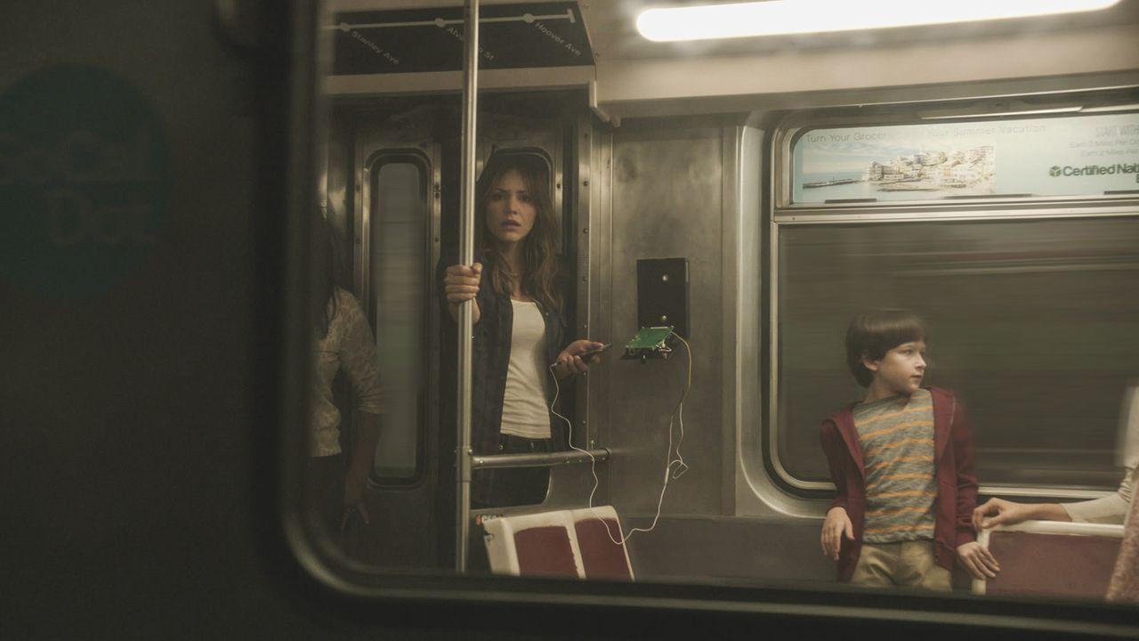 Als eine sabotierte U-Bahn alle Insassen in Lebensgefahr bringt, muss das Scorpion Team schnell handeln, denn auch Paige (Katharina McPhee, l.) und... - Bildquelle: Sonja Flemming 2015 CBS Broadcasting, Inc. All Rights Reserved. / Sonja Flemming