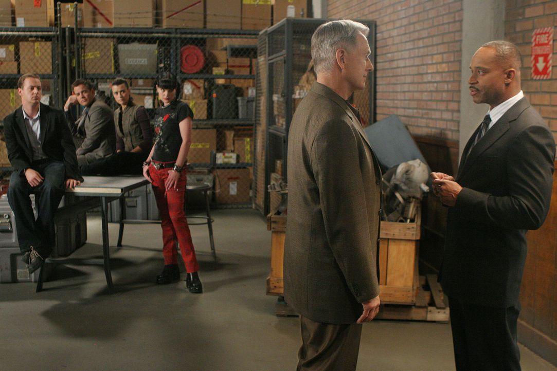 Nach alldem was geschehen ist, nimmt sich Jenny Shepard erst einmal eine Auszeit. Der stellvertretende Direktor des NCIS, Leon Vance, übernimmt sola... - Bildquelle: CBS Television