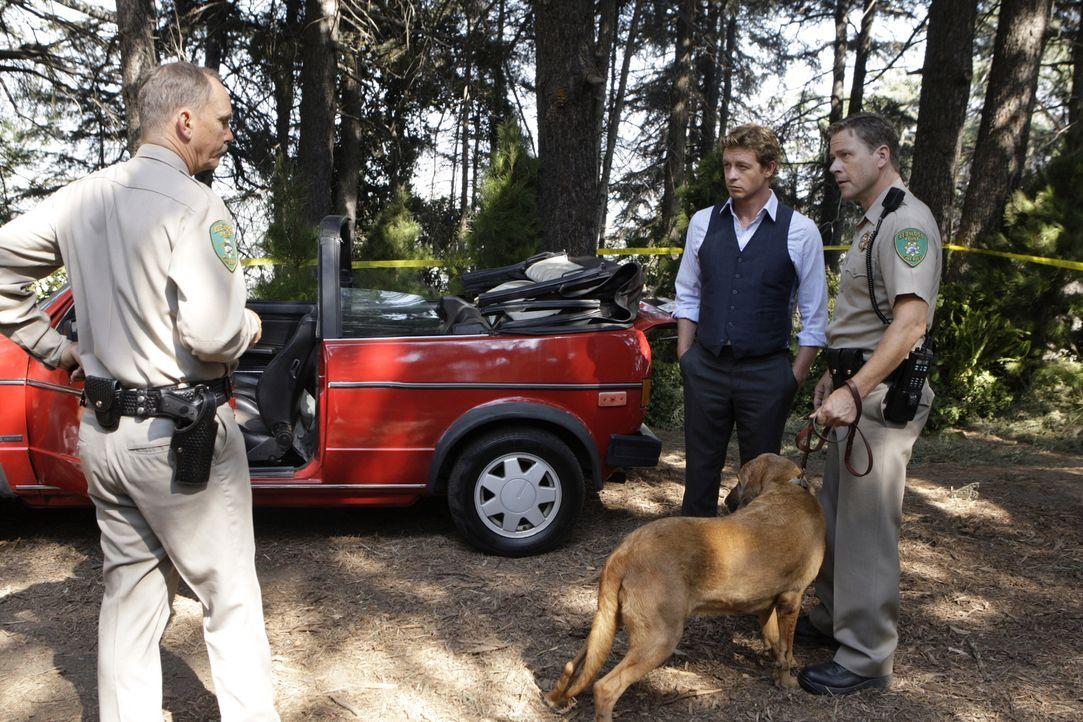Als auf einem Waldweg nahe einer Kleinstadt die Leiche einer erstochenen jungen Frau unter ihrem Auto vorgefunden wird, werden Patrick Jane (Simon B... - Bildquelle: Warner Bros. Television