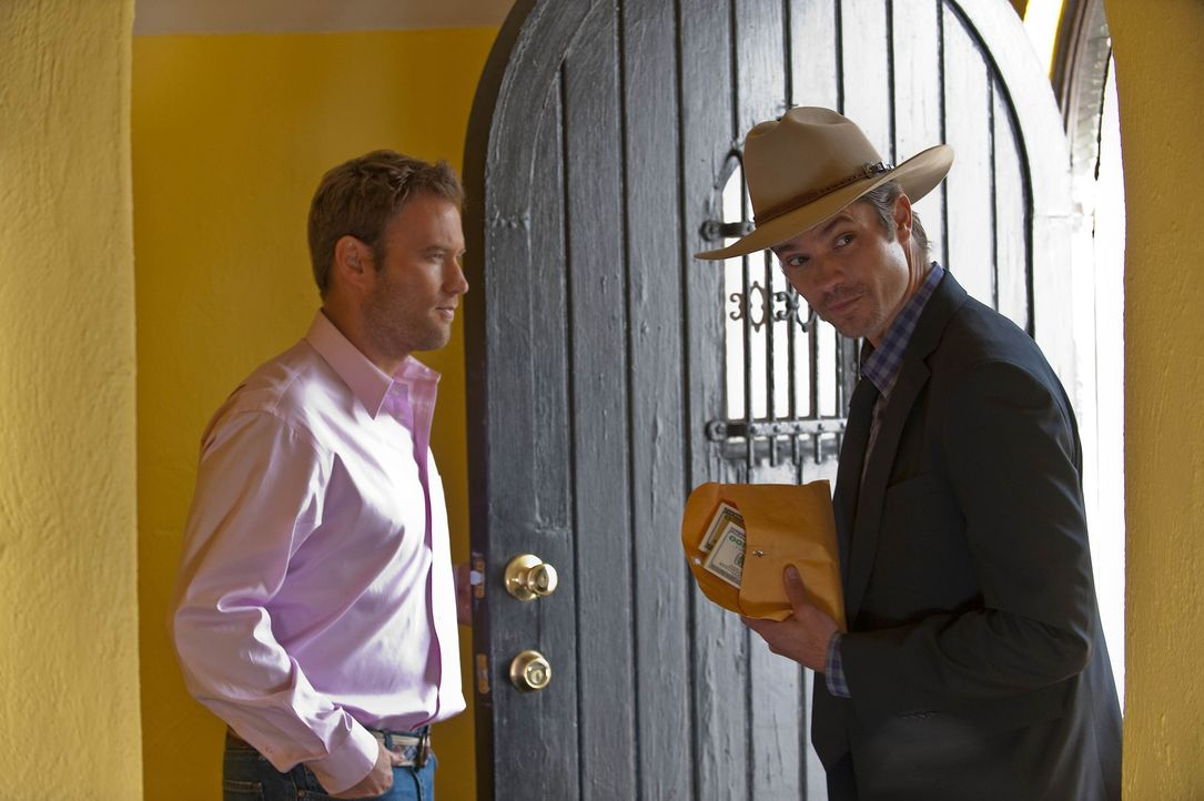 Travis Travers (Greg Cromer, l.) hat mit dem Besuch von Deputy Raylan Givens (Timothy Olyphant, r.) bereits gerechnet ... - Bildquelle: 2010 Sony Pictures Television Inc. and Bluebush Productions, LLC. All Rights Reserved.