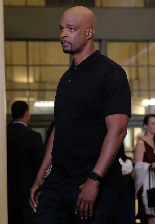 Um Tom Noble im Auge zu behalten und seine Frau auszuspionieren, besucht Murtaugh (Damon Wayans) die Wohltätigkeitsveranstaltung, die sie veranstalt... - Bildquelle: Warner Brothers