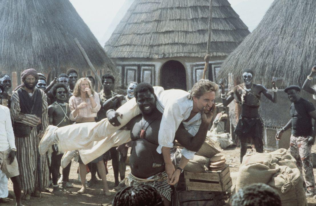 Die Nubier tragen Jack (Michael Douglas, M.) auf Händen ... - Bildquelle: 20th Century Fox Film Corporation