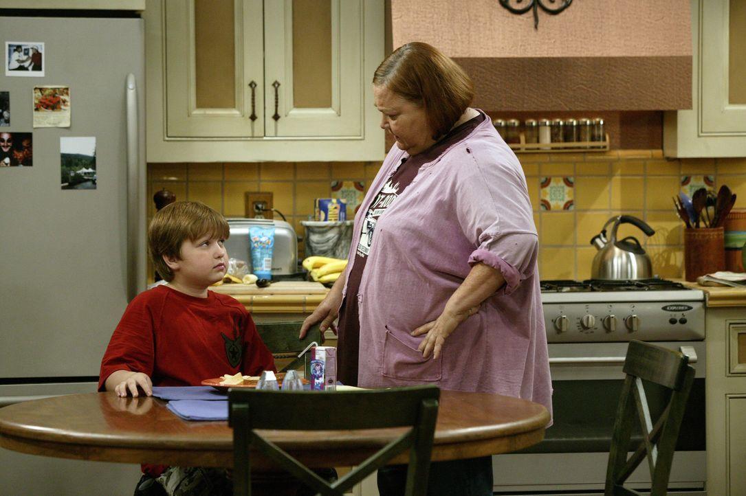 Auch Berta (Conchata Ferrell, r.) versucht Jake (Angus T. Jones, l.) zu überreden seine Hausaufgaben am Freitag Abend zu machen, damit er fürs res... - Bildquelle: Warner Brothers Entertainment Inc.