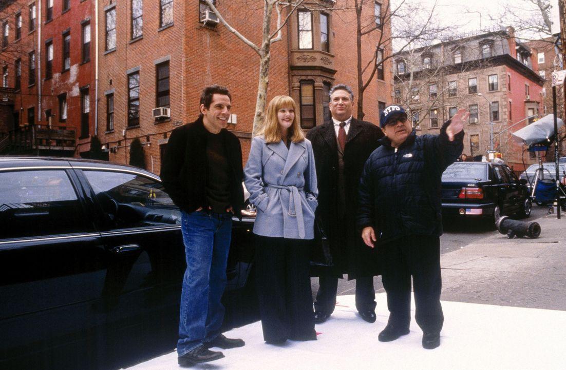 Schon bald muss das junge Paar, der Schriftsteller Alex (Ben Stiller, l.) und die Graphikerin Nancy (Drew Barrymore, 2.v.l.), vom Erzähler (Danny D... - Bildquelle: Michaels Darren Miramax Films.  All Rights Reserved.