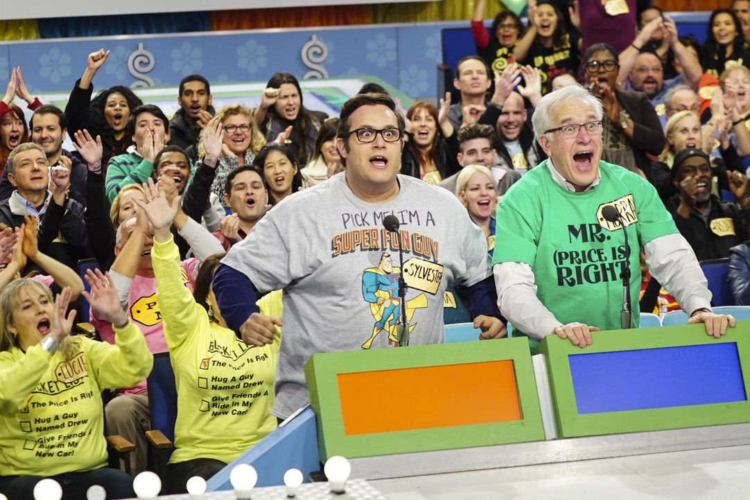 "Mit seinem Zahlengedächtnis sticht Sylvester (Ari Stidham, l.) in der ""the price is right""-Show alle Konkurrenten problemlos aus, oder? - Bildquelle: Monty Brinton 2015 CBS Broadcasting, Inc. All Rights Reserved."