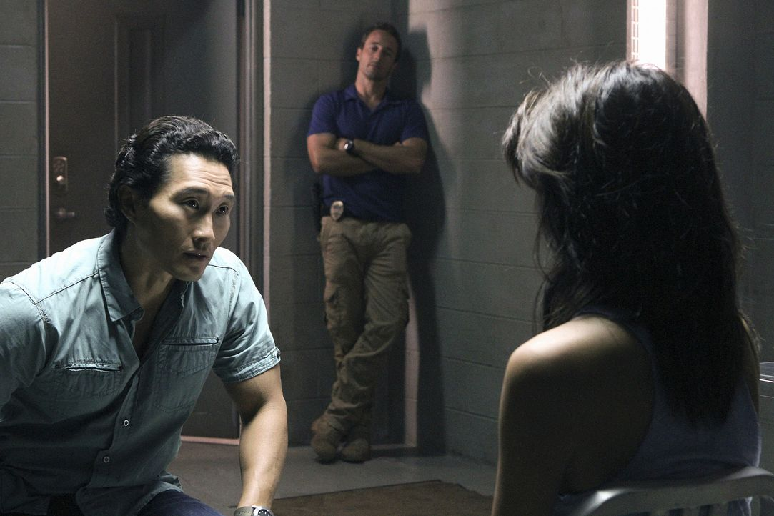 Steve (Alex O'Loughlin, M.) und Chin (Daniel Dae Kim, l.) können es nicht fassen, denn es sieht so aus, als würde Kono (Grace Park, r.) mit Gangster... - Bildquelle: TM &   CBS Studios Inc. All Rights Reserved.