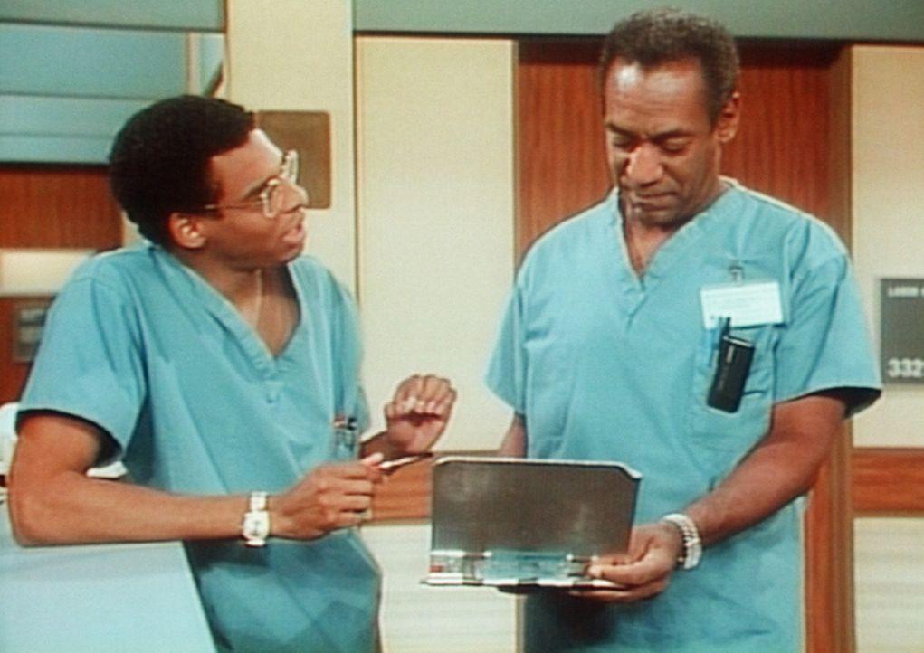 Cliff (Bill Cosby, r.) macht sich über seinen Assistenten Dr. Eckart (Crist Swann, l.) lustig, der sich zu allem Notizen macht. - Bildquelle: Viacom