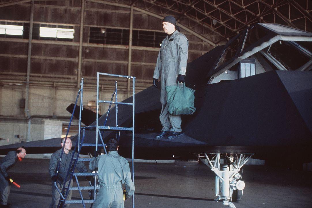 """Eines Tages macht sich der Air-Force-Pilot Owen Turner (Ice-T, hinten) mit dem Kampfbomber """"Stealth Fighter"""" auf und davon. Als er sich dann auch no... - Bildquelle: Artisan Entertainment"""