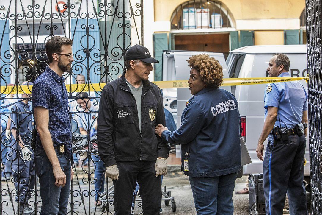 Suchen am Tatort nach einem Beweis, dass Sebastian Lund (Rob Kerkovich, l.) in Notwehr einen Menschen getötet hat: Special Agent Dwayne Pride (Scott... - Bildquelle: Skip Bolen 2017 CBS Broadcasting, Inc. All Rights Reserved
