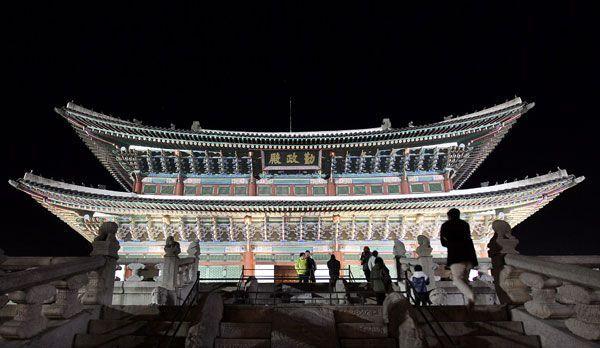 Der Gyeongbok Palast bei Nacht - Bildquelle: dpa