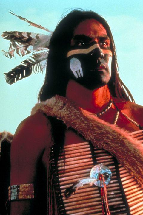 """Der stolze Sioux-Krieger """"Wind in seinem Haar"""" (Rodney A. Grant) zweifelt an den ehrlichen Absichten des weißen Nordstaatenoffiziers John Dunbar ... - Bildquelle: Orion Pictures Corporation"""