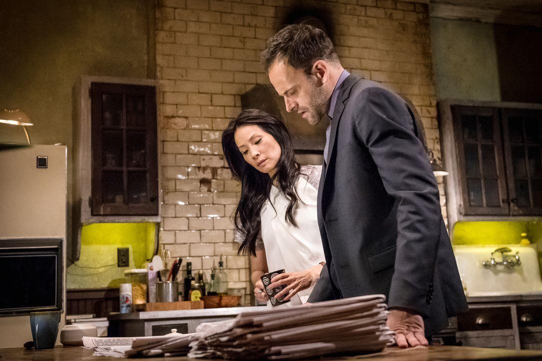 Sind Moriarty und Holmes (Jonny Lee Miller, r.) seelenverwandt? Ihre Korrespondenz lässt darauf schließen und Watson (Lucy Liu, l.) fühlt sich ausge... - Bildquelle: CBS Television