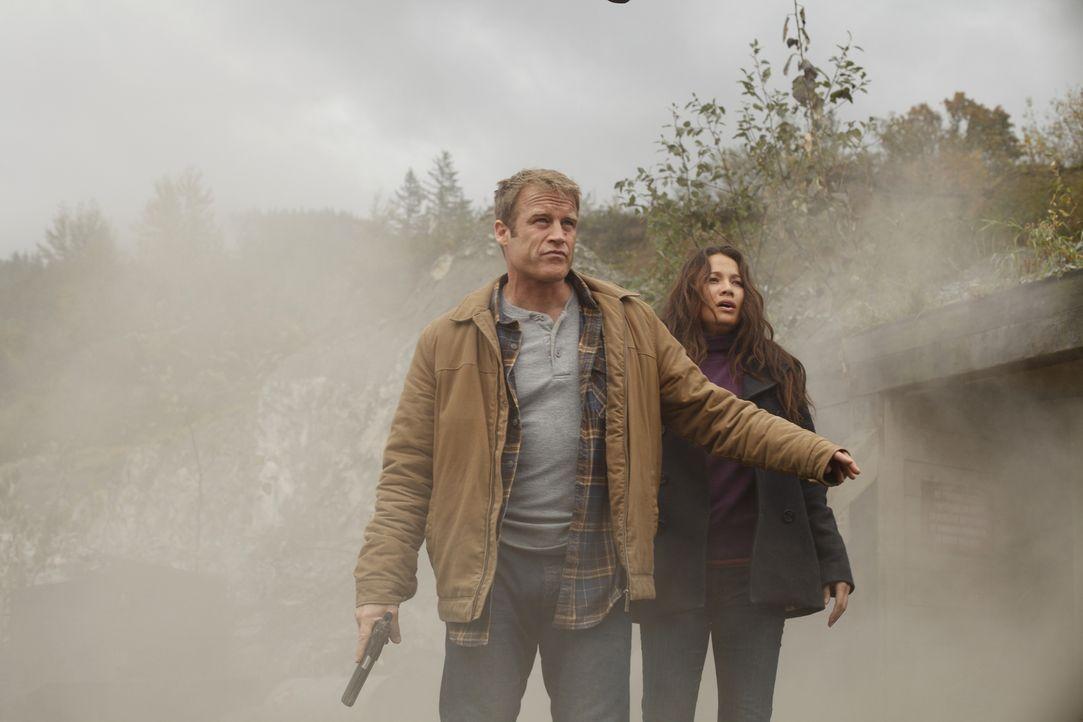 Jessica Shaw (Moon Bloodgood, r.) wird von dem Unternehmen Agrius Industries verfolgt, weil sie hinter dem Tod des Minenvorarbeiters Hank Benson meh... - Bildquelle: Warner Brothers
