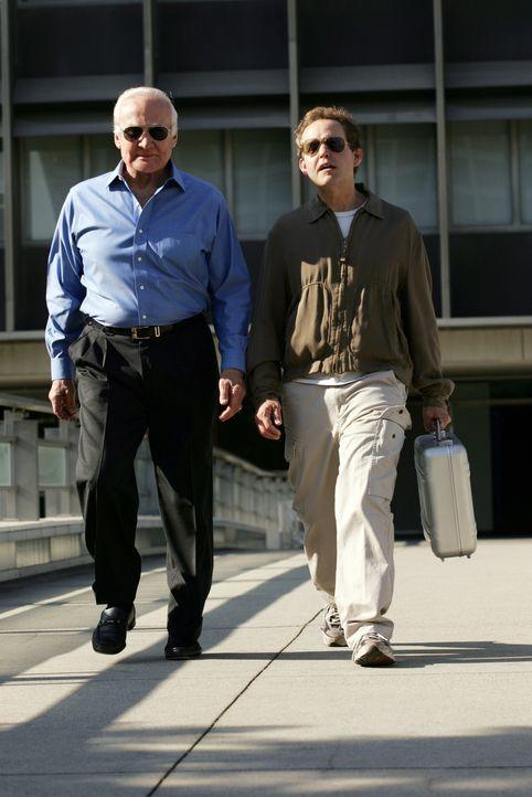 Gehen gemeinsam in die Luft: Larry (Peter MacNicol, r.) mit Buzz Aldrin (Buzz Aldrin, l.) ... - Bildquelle: Paramount Network Television