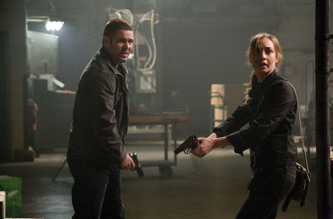 Müssen die blutrünstigen Außerirdischen um jeden Preis stoppen: Sterling (Courtney Ford, r.) und Ritter (Carlos Bernard, r.) ... - Bildquelle: 2007 Warner Bros. Entertainment INC.