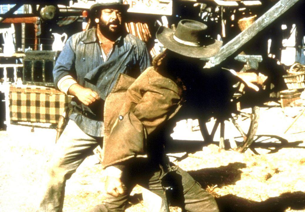 Der schlagkräftige Buddy (Bud Spencer, l.) legt sich mit Colorado Slim an, der mit seinen Leuten die Bürger der Stadt terrorisiert.