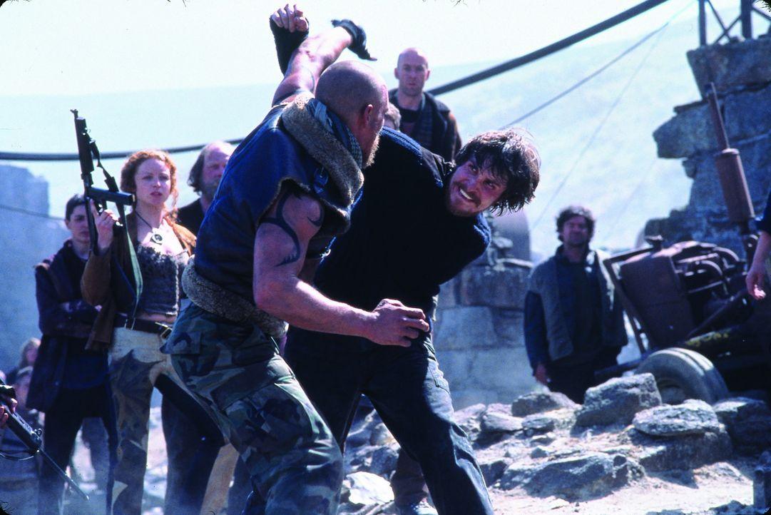 Zunächst tragen der Amerikaner Zan (Matthew McConaughey, vorne) und der Engländer Quinn (Christian Bale, hinten) erbitterte Kämpfe aus. Doch dann... - Bildquelle: Touchstone Pictures und Spyglass Entertainment Group, LP Im Verleih der Buena Vista International