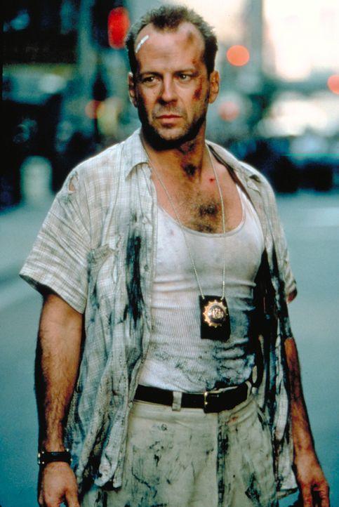 Der Polizist John McClane (Bruce Willis, r.) ist am Ende: Seine Frau hat ihn verlassen, er trinkt zu viel und ist eigentlich vom Dienst suspendiert.... - Bildquelle: Buena Vista Home Entertainment © 1995 Cinergi Pictures Entertainment Inc. Cinergi Productions N.V. Inc. and Twentieth Century Fox Film Corporation
