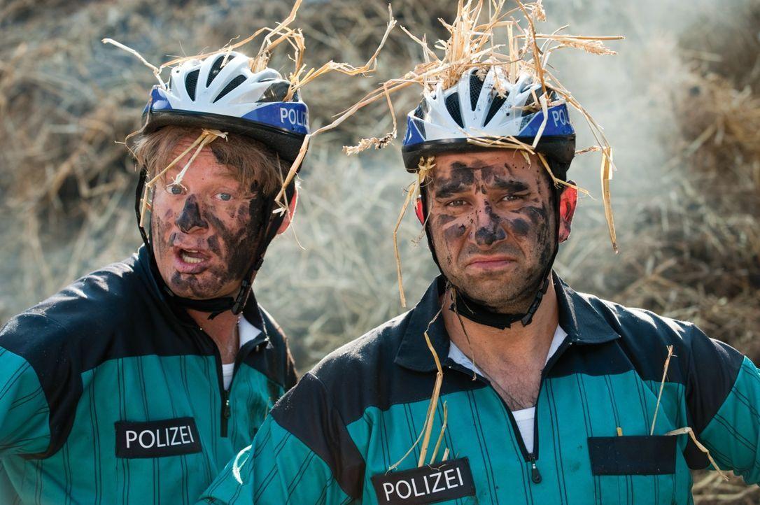 Tommie (Tom Gerhardt, l.) und Mario (Hilmi Sözer, r.) sind eigentlich Polizisten, aber alles andere als vernünftig, verantwortungsvoll, ordnungsbewu... - Bildquelle: 2010 Constantin Film Verleih GmbH
