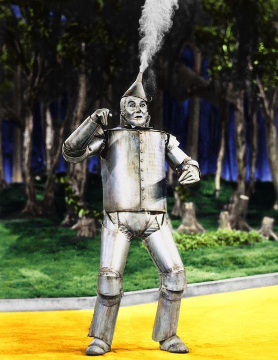 Der Zinnmann (Jack Haley) gerät in eine Bredouille ... - Bildquelle: Warner Bros.