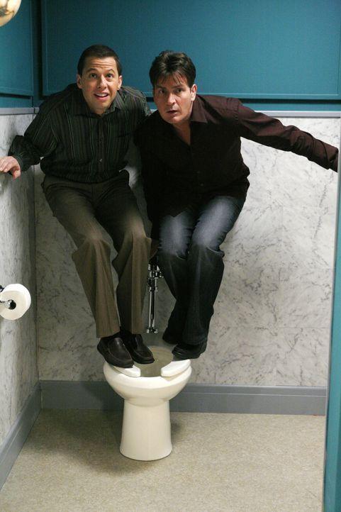 Etwas verrückt: Charlie (Charlie Sheen, r.) und Alan (Jon Cryer, l.) ... - Bildquelle: Warner Brothers Entertainment Inc.