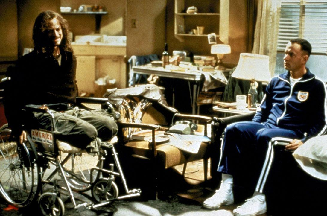 Häufig besucht der geduldige Forrest (Tom Hanks, r.) den unzufriedenen Dan (Gary Sinise, l.), der seit dem Vietnamkrieg schwer behindert ist ... - Bildquelle: Paramount Pictures