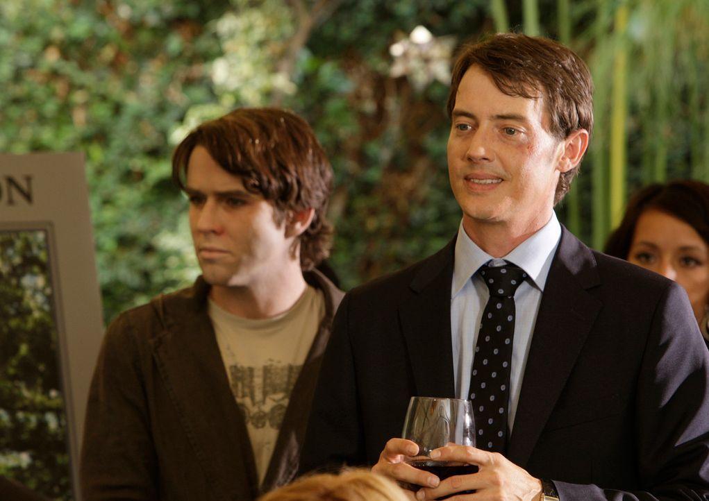 Auf der Trauerfeier von Lucas (Christian Campbell, l.) hält Ryan Keller (Jason London, r.) eine Rede ohne zu ahnen, dass der Geist des Verstorbenen... - Bildquelle: ABC Studios